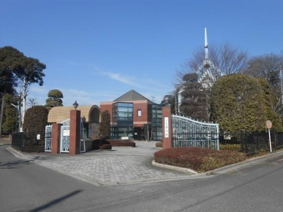 さいたま市営 青山苑墓地 園内入口にある赤い管理棟施設