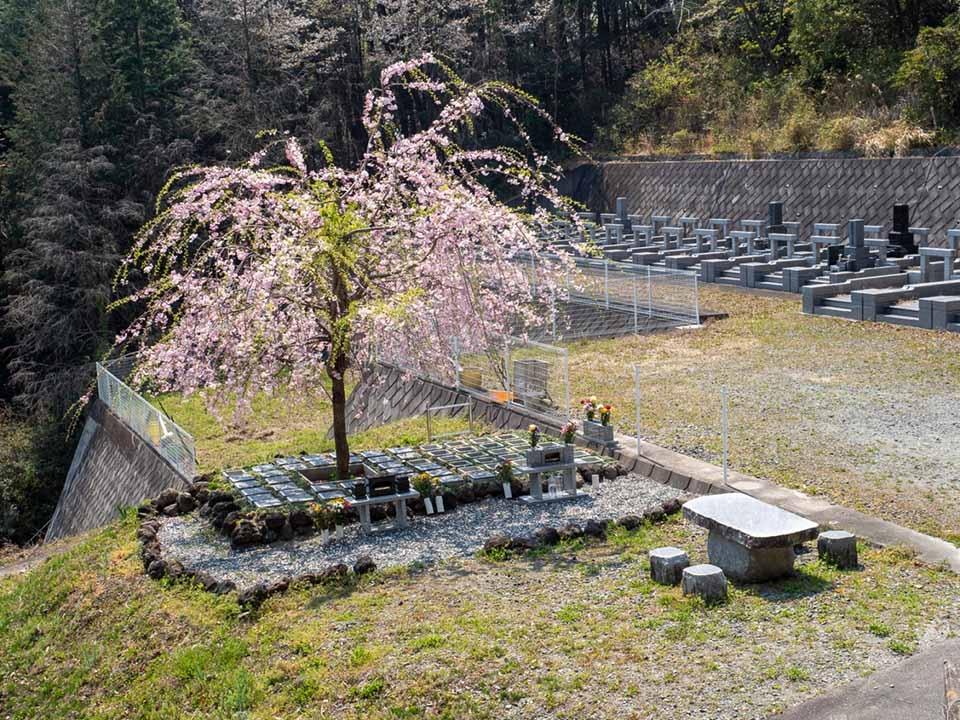 山名霊園 樹木葬墓地「チェリーブロッサム」|樹木葬墓地「チェリーブロッサム」 休憩スペースが設けられており、お参りの際にご利用できます