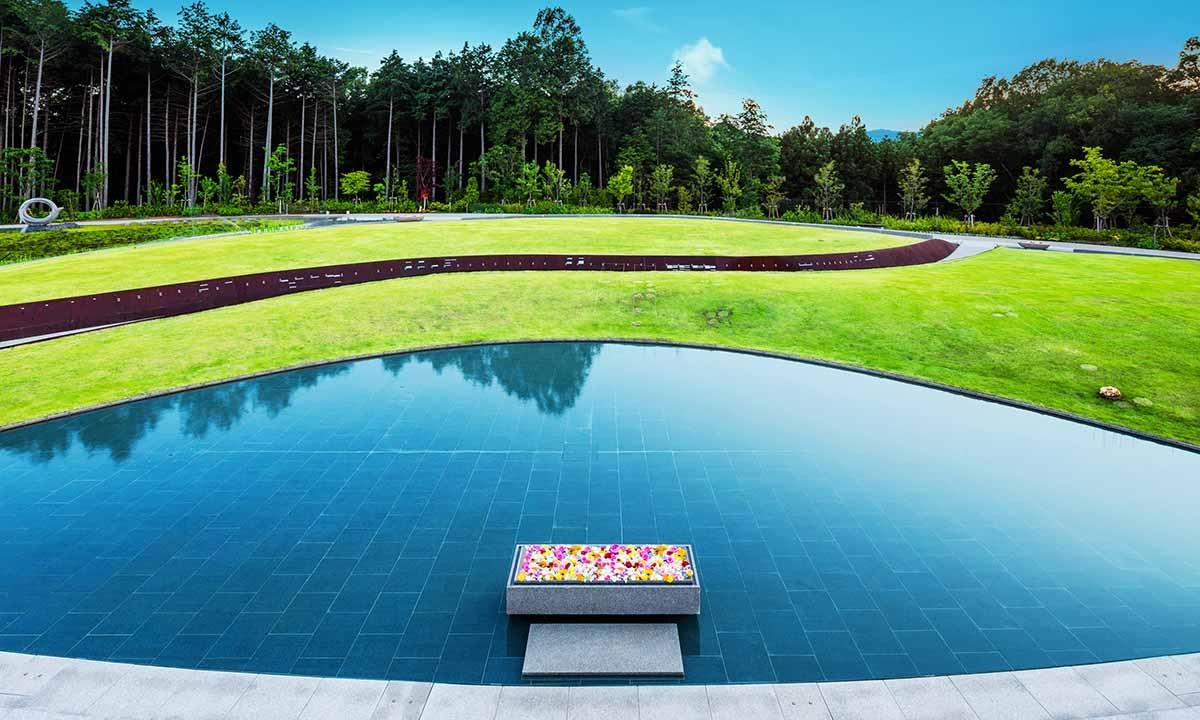 風の丘 樹木葬墓地 緑と水のコントラストが美しい樹木葬墓地