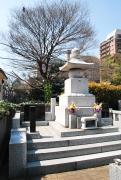 霊園までは広々した舗道を歩きながら、立派な寺社の門構えや歴史あるホテルの景観を楽しめる