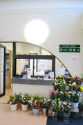 生花や線香などを販売する管理棟入り口事務所