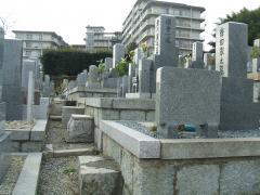 墓前は狭いところもある