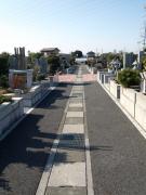 綺麗に舗装された小道に広がる美しい配列の墓所