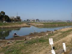 埼玉霊園の隣接にある古利根川には連日釣り人たちが訪れる