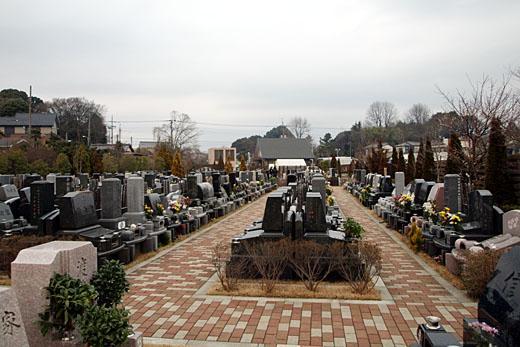 レンガが敷き詰められた小道を挟みゆとりある配列のお墓