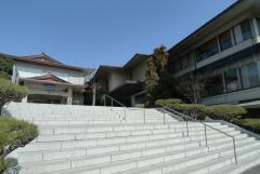 高台に立つ礼拝等(左)と白連華
