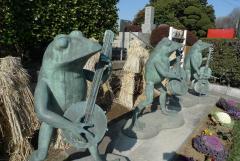 正門駐車場のカエル像
