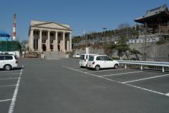 本堂前の広い駐車場