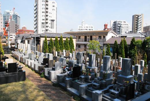 奥側の墓域は、インターロッキング造成の通路にお洒落な洋型デザインの墓石も多く並んでいる