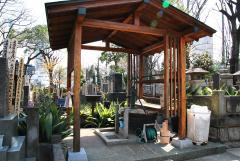 屋根つきの東屋、自然木を利用したベンチなど、寺院墓地らしい風格を感じる設備が整っている