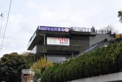 すぐ隣の小豆沢公園。取材時は満開の桜で、付近の人たちの憩いの場となっていた