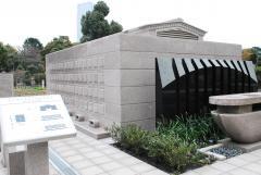 真新しい立体埋葬施設。写真右にあるのが献花台