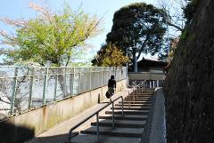 駅を降りてスロープ付きの階段を上がる