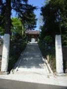 霊園への入り口にそびえ立つ地元の名刹、宝泉寺