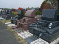 墓石のデザインもそれぞれ個性的なものが多い