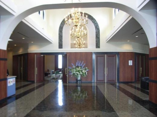 左右対称形で荘厳な印象の礼拝堂