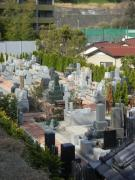 周囲を住宅に囲まれ限られたスペースだが、墓石間の距離や通路は窮屈さを感じさせないように余裕を持たせている
