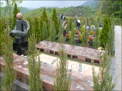 永代供養区画である「和(なごみ)の区」では、個人墓、夫婦墓がモニュメントごとに分かれ、桜の木の下に納骨される「桜想(さくらそう)」などがある