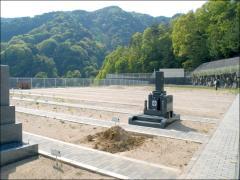 広い園内は現在建設ラッシュ、続々とお墓が立てられていく