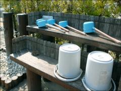 区画ごとにバケツ・手桶置き場、水道施設があり便利