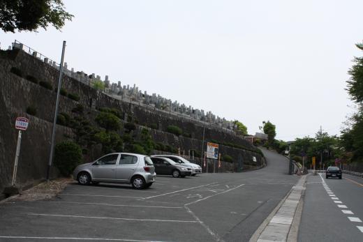 霊園の入口 広い駐車場がある。車で園内  管理事務所の前の灯篭のロータリー。駐車の管理事務所まで行ける