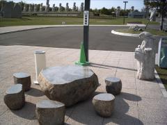 石のテーブルといす