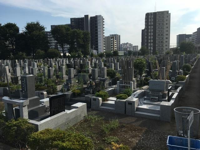歴史ある霊園だけあって、伝統的な和風の墓石が目立つ