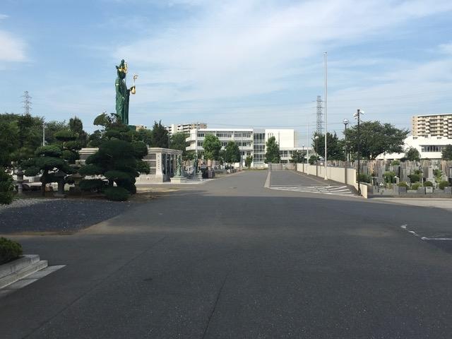 車での移動が楽な霊園入口から続く広い通路