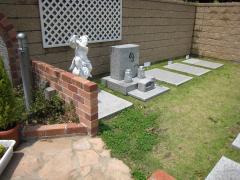 芝生墓所、ブロックで仕切られているタイプも
