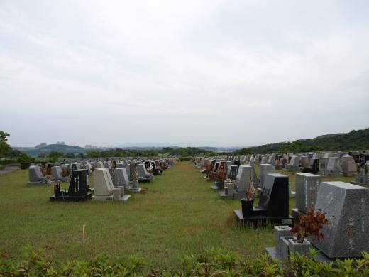 洋型墓石が並ぶ芝生地区