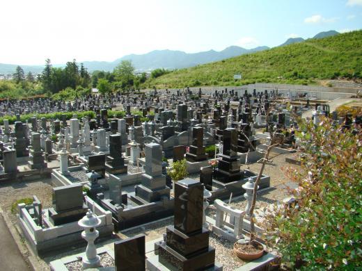 霊園内に管理事務所がありますが、お寺に隣接しているのでお墓参りの際にはお寺の方に。寄っていただいているようです