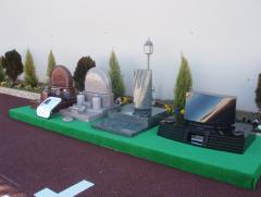 墓域の入口前にはデザイン墓石「IPSE」を展示している