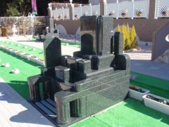 墓所には見本の墓石も展示している