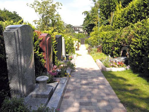 「公園の中にお墓がある」を演出。個性的なデザイン墓石に施主側のこだわりも伝わって来そうだ