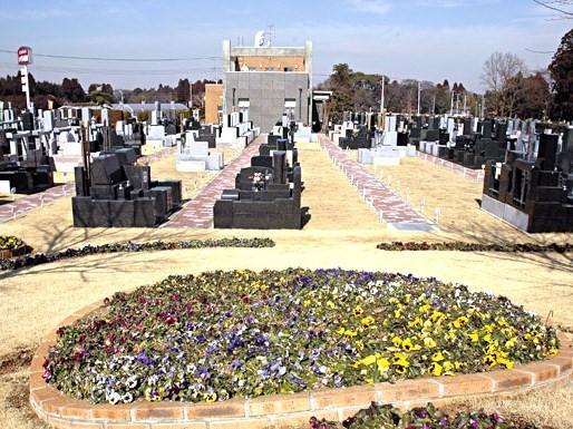 霊園の随所に四季の花々や樹木の植栽が整備され、落ち着いたやすらぎの空間を演出している