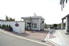 霊園入口の正面左に建立された先祖供養堂