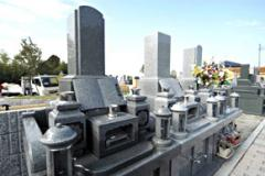 香炉の上のブックスタイル墓誌が特徴の和型墓石