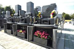 墓石下に花壇を上手く組み入れたニューデザイン