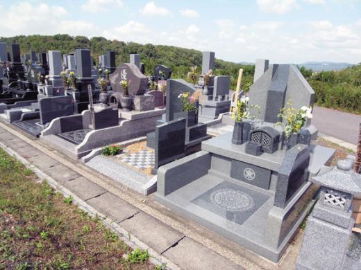 石種、形、機能もさまざまな個性的なデザイン墓石が並ぶ春雨墓苑、まるで石材店の品評会だ