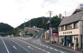 市営「鵯越墓園」の入口付近には老舗石材店が並ぶ