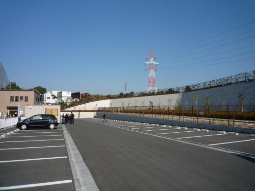 園内駐車場。平置き式で66台分のスペースが確保されている。
