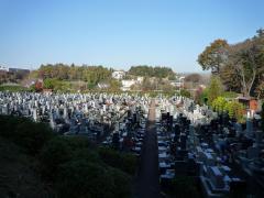 日本庭園から霊園内を望んで。