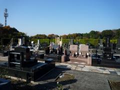 園内には様々な種類の墓石が立ち並ぶ