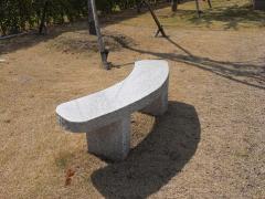 霊園内、石のベンチ