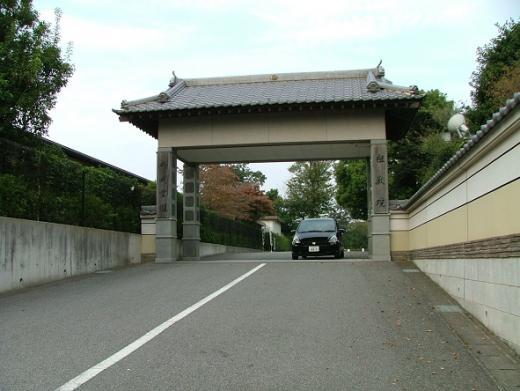 お寺と霊園共通の正門