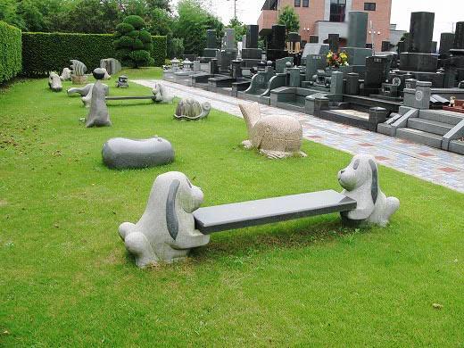 芝生には動物のオブジェやかわいいベンチがあり全部座ってみたいかも?子供も喜びそう。