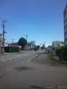 建物前の道路(南東方向)
