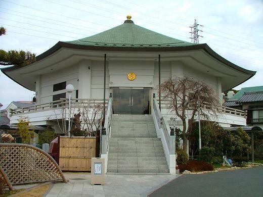 八角堂(千葉光明寺の本堂)。この1階に稲毛御廟の受付とロビーがある。