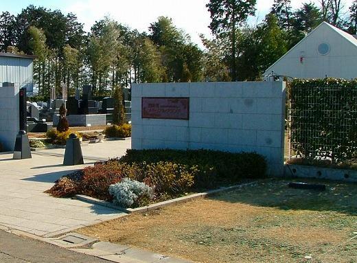 二方を道路に囲まれた角地なので入口が2カ所ある。こちらは正門。