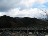 北側を見た所。山裾に見えるガードレールは京都縦貫自動車道。